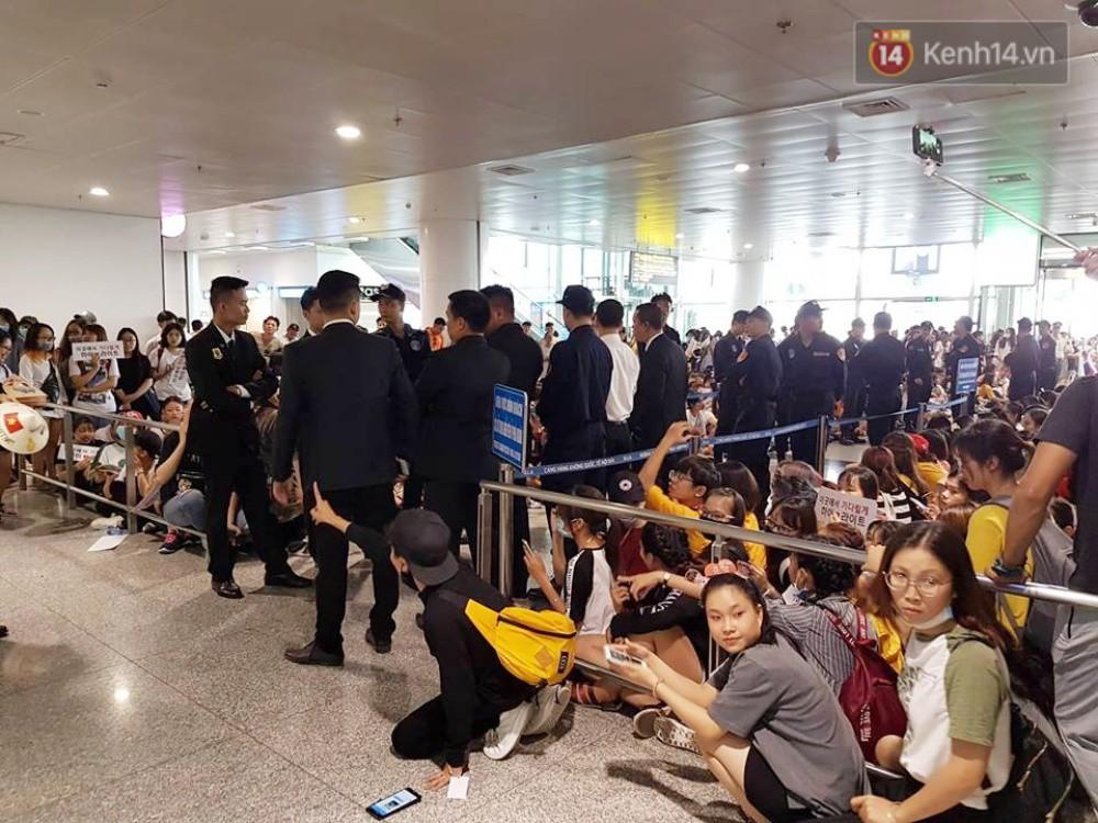 Hyuna vừa đẹp rạng rỡ vừa sexy hết cỡ, Highlight (Beast) điển trai giữa biển fan Việt vây kín sân bay Nội Bài - Ảnh 41.