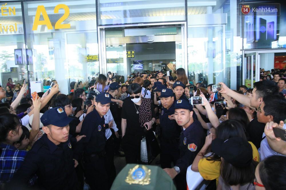Hyuna vừa đẹp rạng rỡ vừa sexy hết cỡ, Highlight (Beast) điển trai giữa biển fan Việt vây kín sân bay Nội Bài - Ảnh 12.