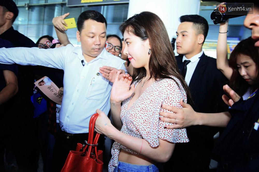 Hyuna vừa đẹp rạng rỡ vừa sexy hết cỡ, Highlight (Beast) điển trai giữa biển fan Việt vây kín sân bay Nội Bài - Ảnh 10.