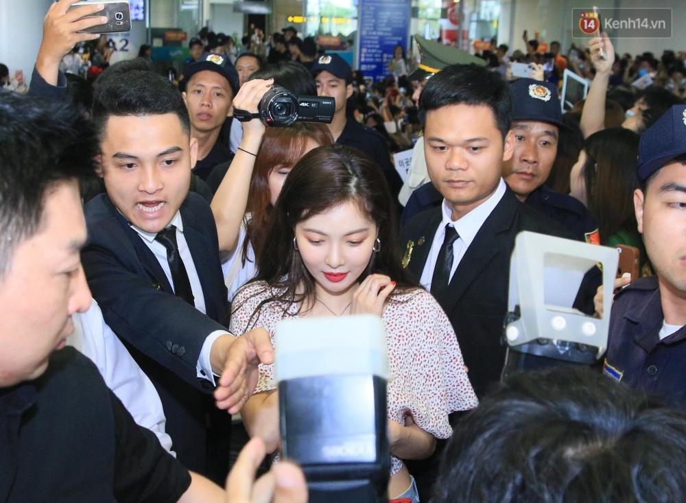 Hyuna vừa đẹp rạng rỡ vừa sexy hết cỡ, Highlight (Beast) điển trai giữa biển fan Việt vây kín sân bay Nội Bài - Ảnh 11.