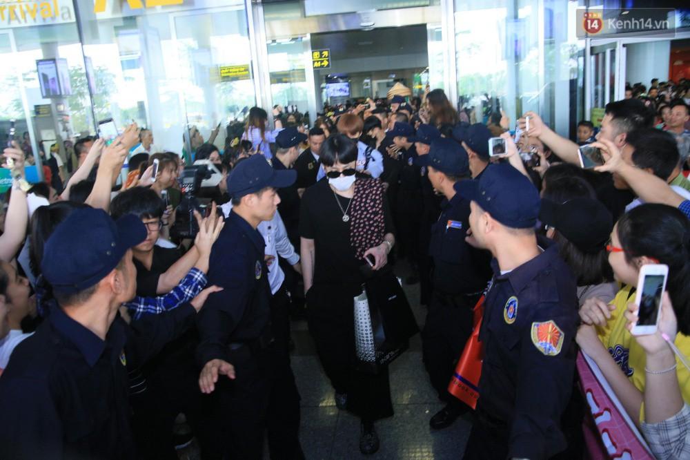 Hyuna vừa đẹp rạng rỡ vừa sexy hết cỡ, Highlight (Beast) điển trai giữa biển fan Việt vây kín sân bay Nội Bài - Ảnh 13.