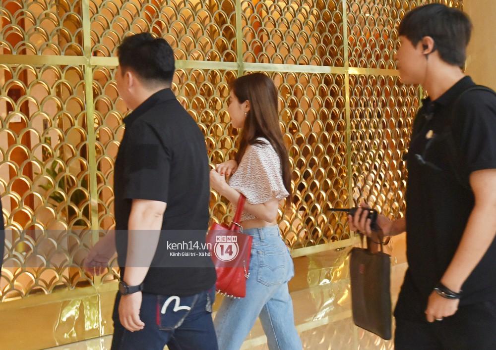 Hyuna vừa đẹp rạng rỡ vừa sexy hết cỡ, Highlight (Beast) điển trai giữa biển fan Việt vây kín sân bay Nội Bài - Ảnh 22.