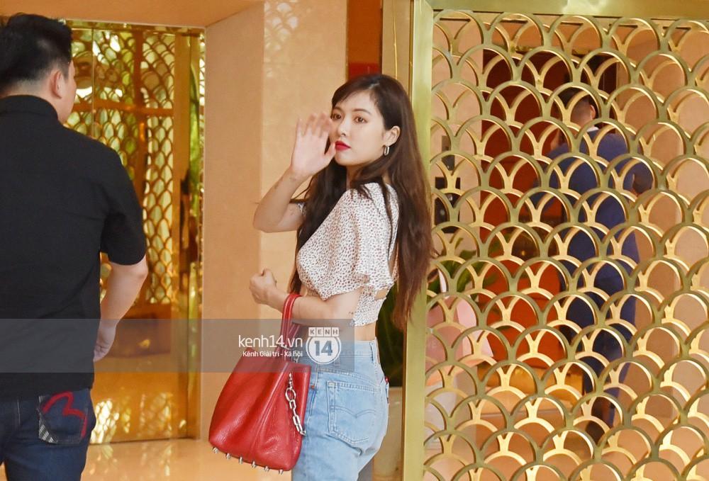 Hyuna vừa đẹp rạng rỡ vừa sexy hết cỡ, Highlight (Beast) điển trai giữa biển fan Việt vây kín sân bay Nội Bài - Ảnh 26.