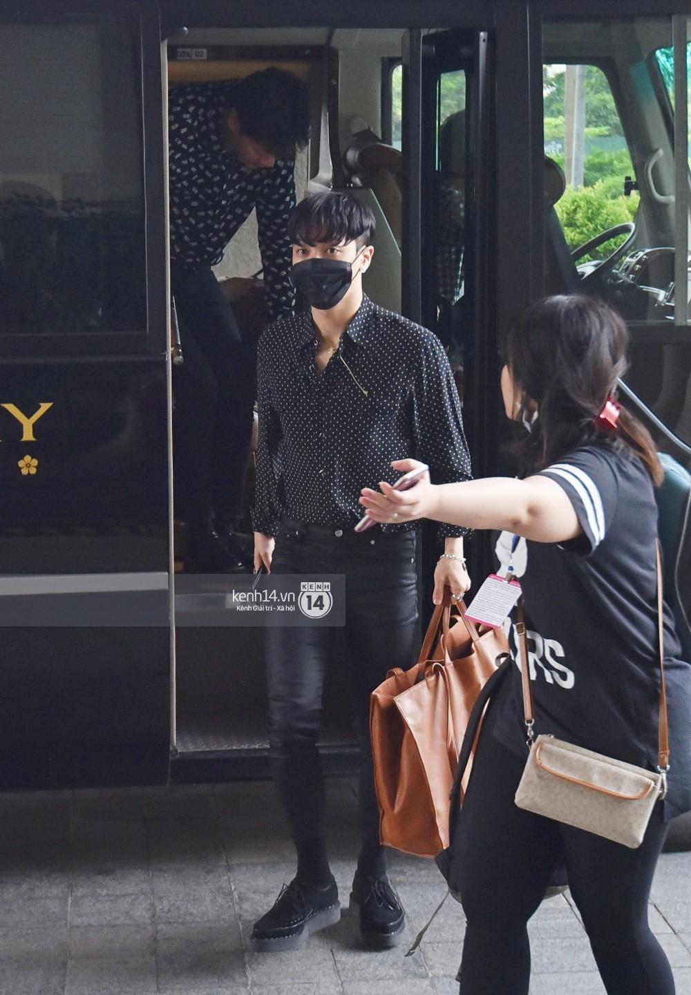 Hyuna vừa đẹp rạng rỡ vừa sexy hết cỡ, Highlight (Beast) điển trai giữa biển fan Việt vây kín sân bay Nội Bài - Ảnh 28.