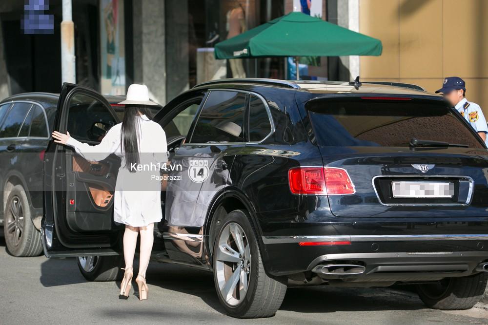 Sau khi tiết lộ ngôi nhà 5 triệu đô giữa trung tâm TP.HCM, Huyền Baby gây chú ý khi tự lái xế hộp 21 tỷ đồng đi dạo phố - Ảnh 7.