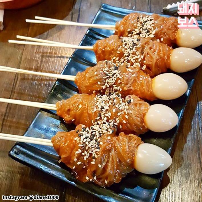 Mì lạnh trong bát xưa rồi, người Hàn còn có món mì lạnh xiên que độc đáo thế này cơ - Ảnh 2.