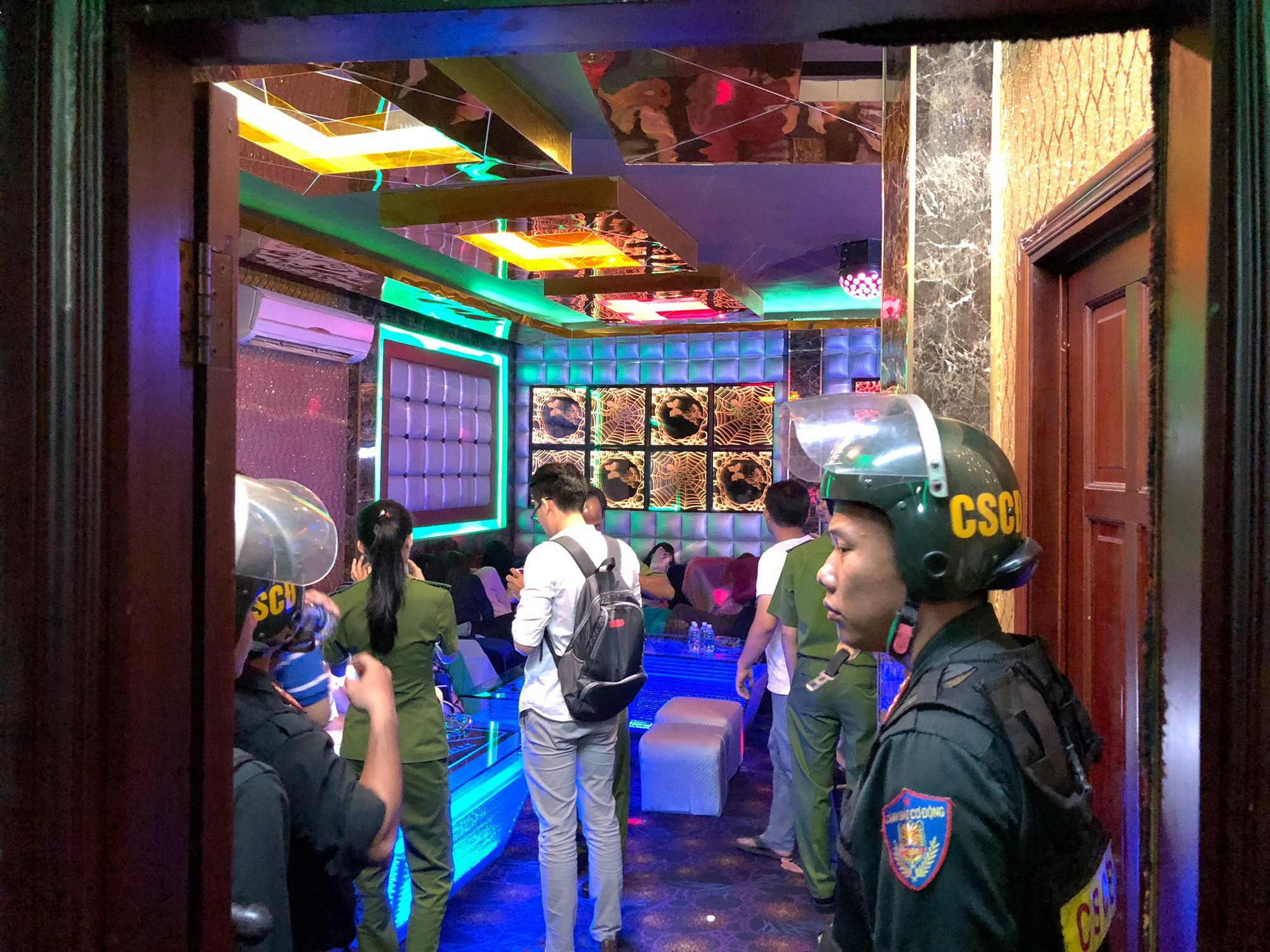 Đột kích quán karaoke, hơn 100 tiếp viên ăn mặc khiêu dâm chui vào phòng bí mật trốn công an kiểm tra - Ảnh 6.