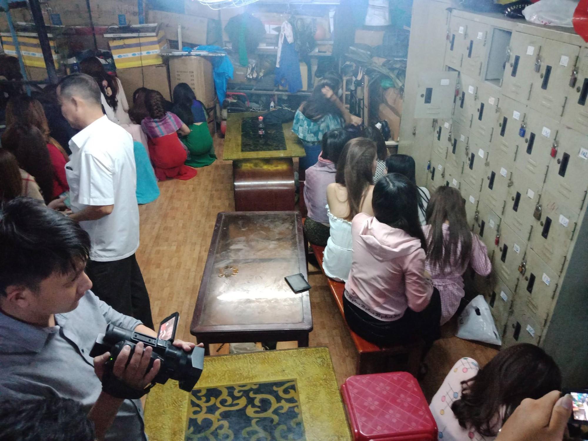 Đột kích quán karaoke, hơn 100 tiếp viên ăn mặc khiêu dâm chui vào phòng bí mật trốn công an kiểm tra - Ảnh 2.