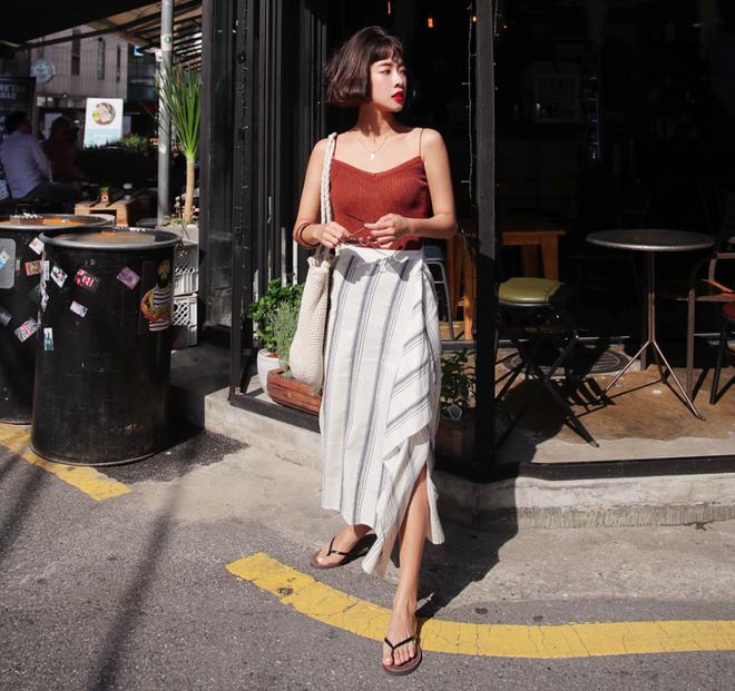 Combo áo hai dây + chân váy midi: vừa xinh vừa điệu, lại siêu mát để nàng tha hồ dạo phố cuối tuần - Ảnh 2.