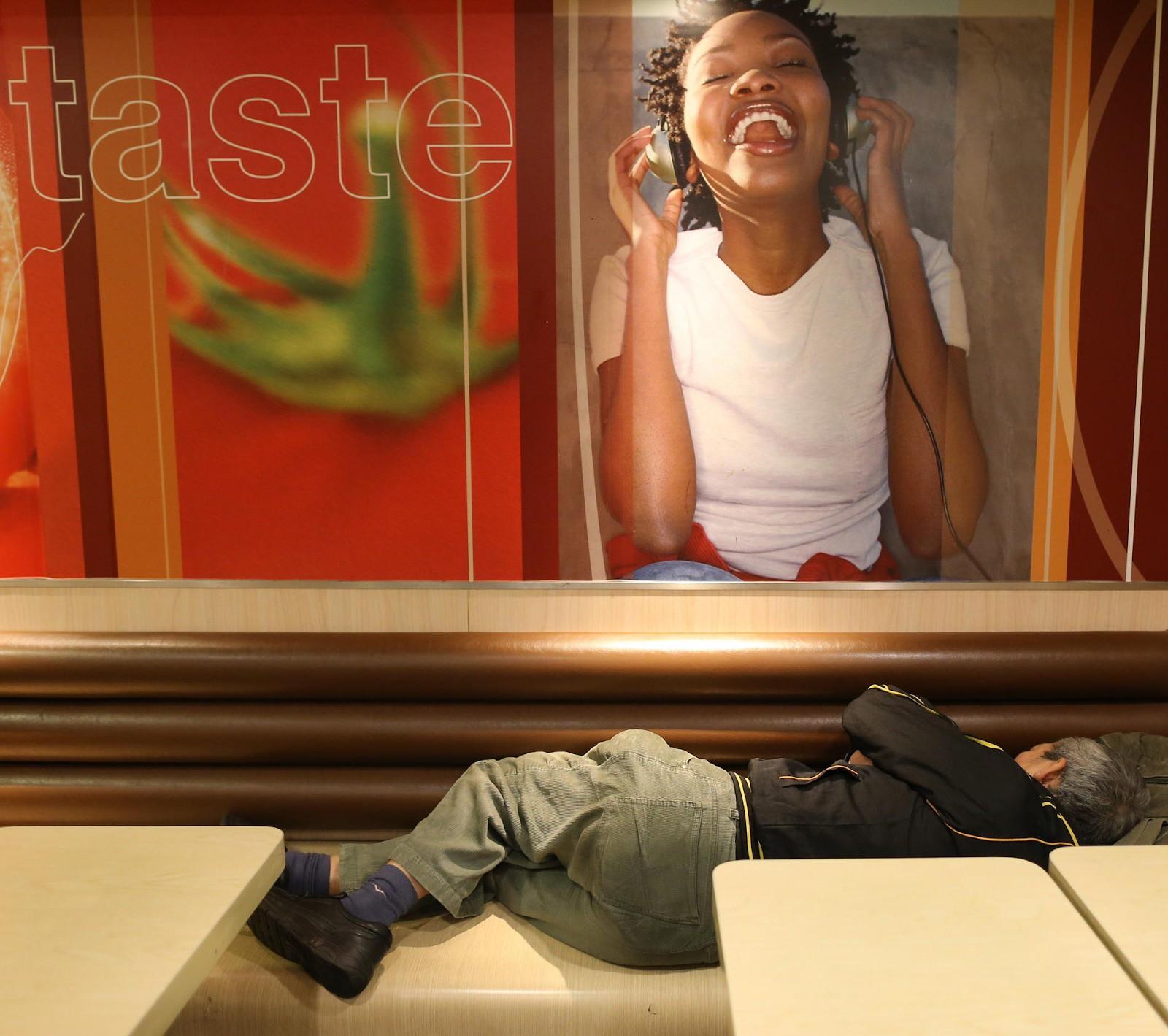 Câu chuyện về những người qua đêm tại McDonald Hồng Kông: Khi chốn công cộng trở thành nhà - Ảnh 1.