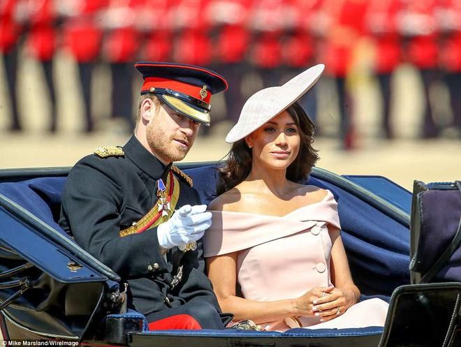 Meghan Markle lại tiếp tục phá vỡ quy tắc trang phục mà Công nương Diana và Kate Middleton chưa dám làm - Ảnh 1.