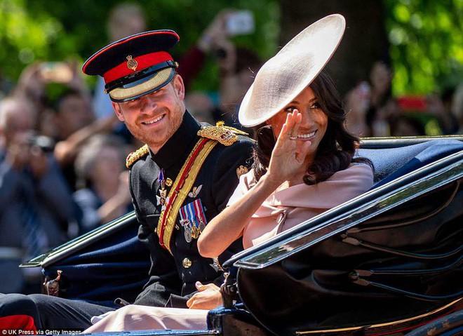 Meghan Markle lại tiếp tục phá vỡ quy tắc trang phục mà Công nương Diana và Kate Middleton chưa dám làm - Ảnh 14.