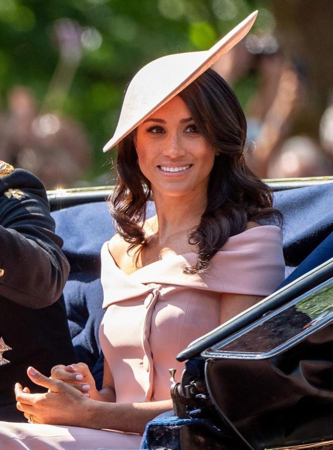 Meghan Markle lại tiếp tục phá vỡ quy tắc trang phục mà Công nương Diana và Kate Middleton chưa dám làm - Ảnh 3.