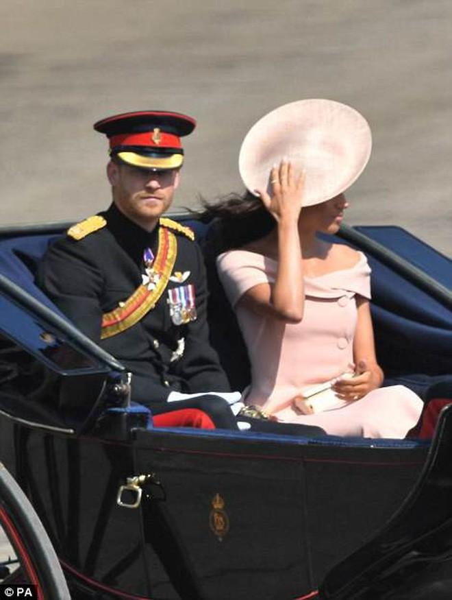 Meghan Markle lại tiếp tục phá vỡ quy tắc trang phục mà Công nương Diana và Kate Middleton chưa dám làm - Ảnh 4.