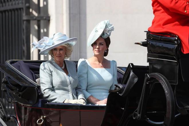 Meghan Markle lại tiếp tục phá vỡ quy tắc trang phục mà Công nương Diana và Kate Middleton chưa dám làm - Ảnh 8.