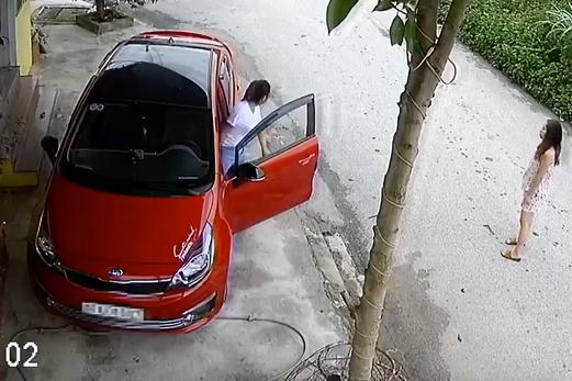 Xuất hiện thêm chị gái cẩn thận nhất MXH, nắn nót 8 phút chỉ để lùi xe từ hiên xuống đường - Ảnh 2.