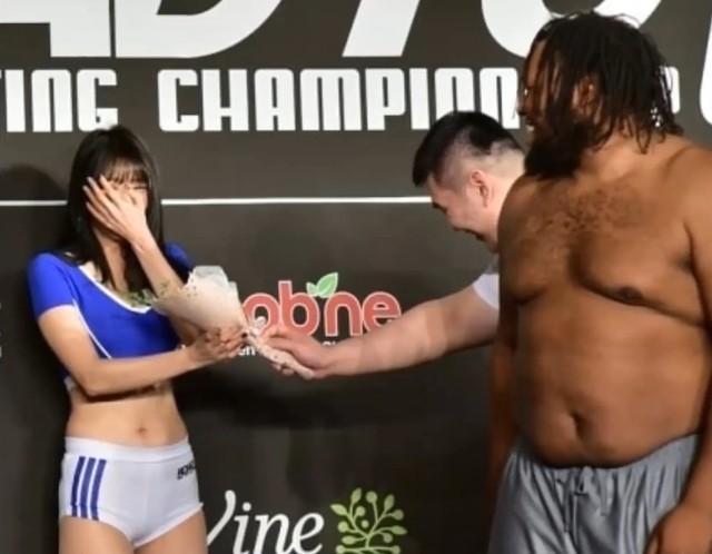 Võ sĩ Hàn Quốc nặng hơn 100 kg lỡ cơ hội hẹn hò Ring girl xinh đẹp - Ảnh 3.