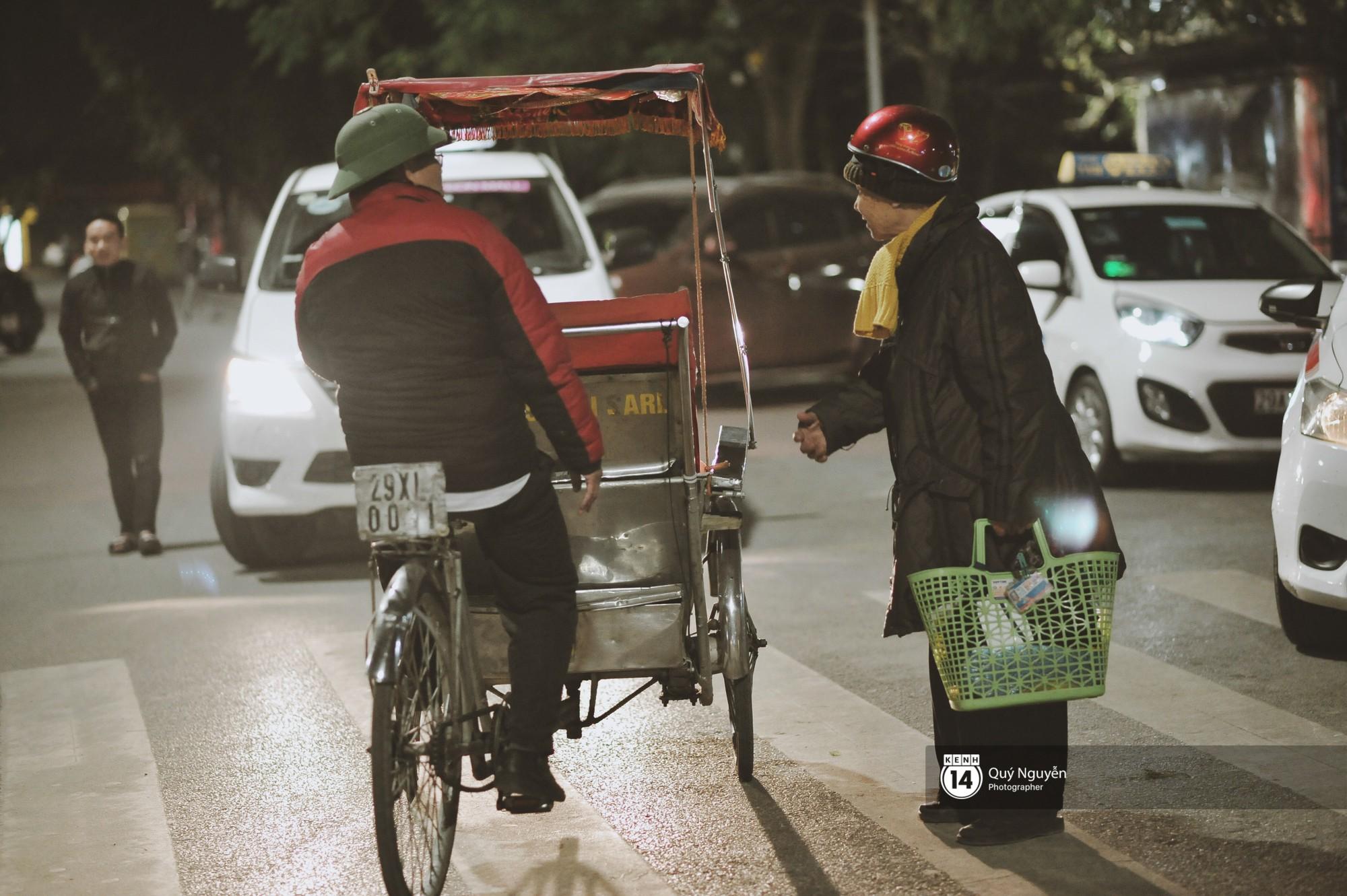 Chùm ảnh: Hà Nội giá rét 10 độ, một chiếc thùng carton hay manh áo mưa cũng khiến người lao động nghèo ấm hơn - Ảnh 16.