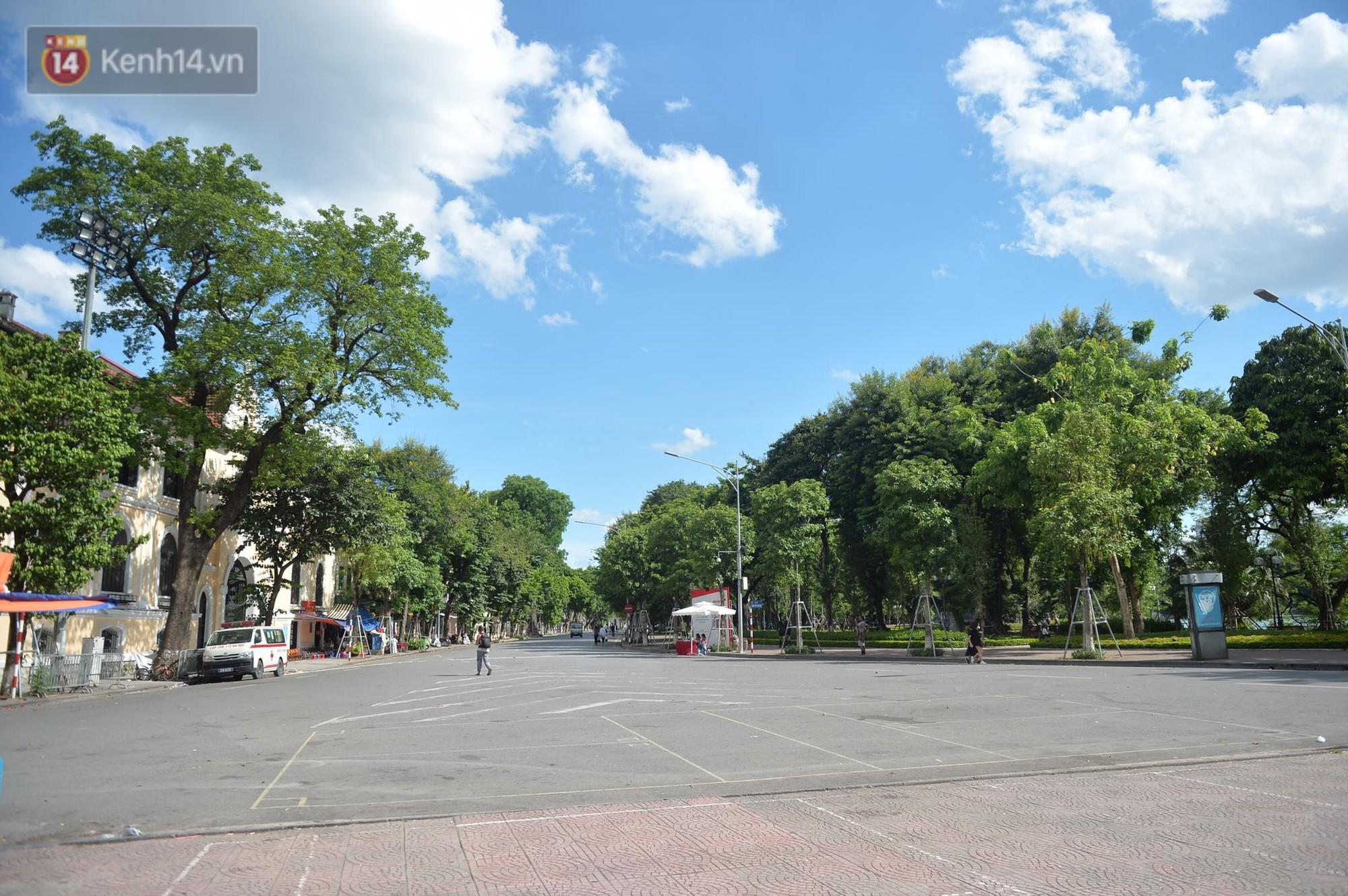 Phố đi bộ vắng tanh gần cuối giờ chiều, nhiệt độ đỉnh điểm ở Hà Nội lên tới 44 độ C - Ảnh 3.