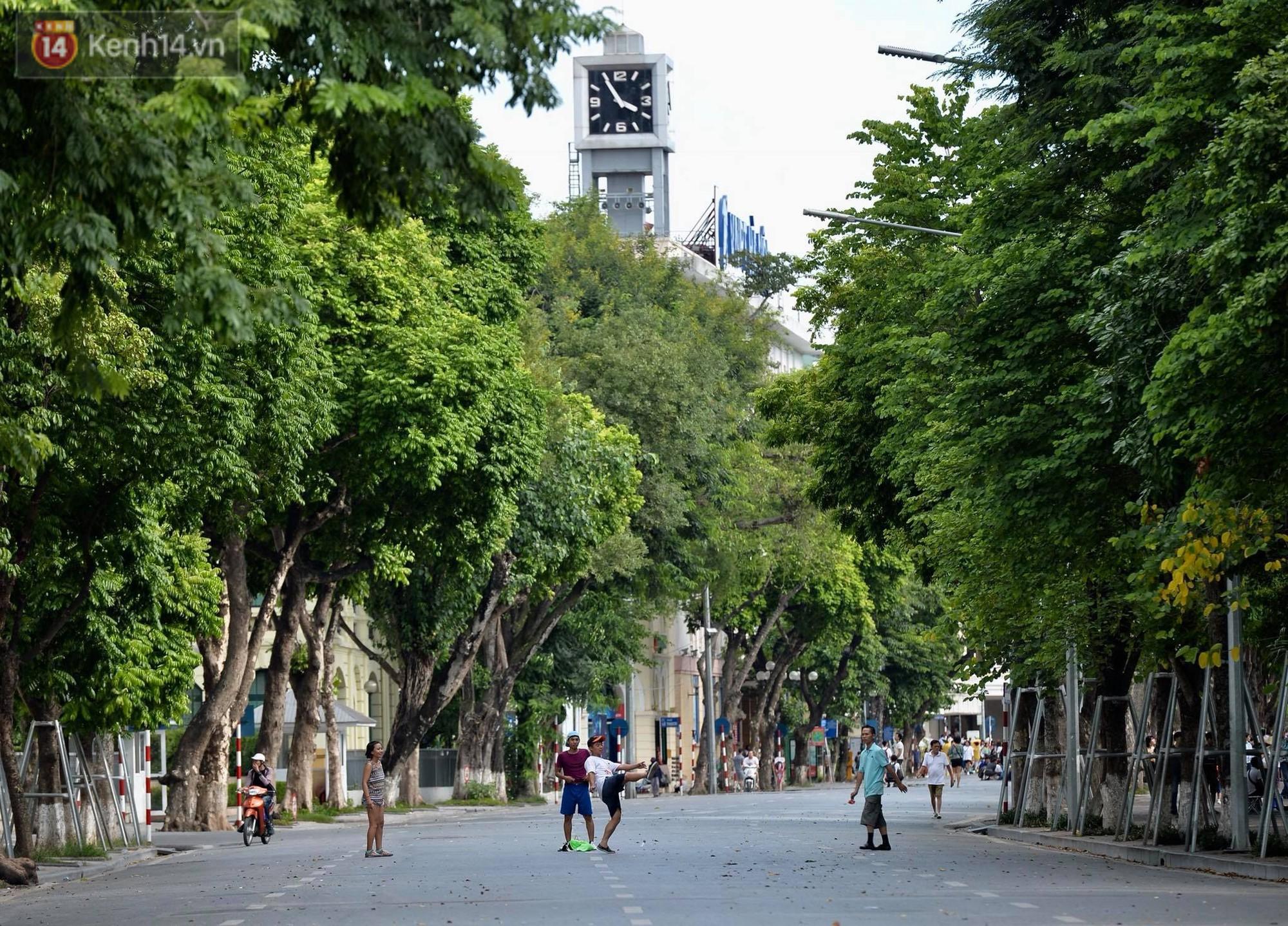Phố đi bộ vắng tanh gần cuối giờ chiều, nhiệt độ đỉnh điểm ở Hà Nội lên tới 44 độ C - Ảnh 9.