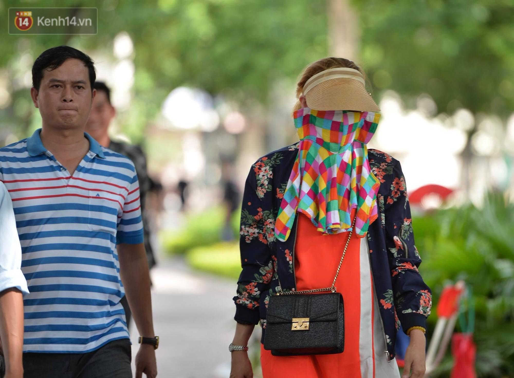 Phố đi bộ vắng tanh gần cuối giờ chiều, nhiệt độ đỉnh điểm ở Hà Nội lên tới 44 độ C - Ảnh 7.