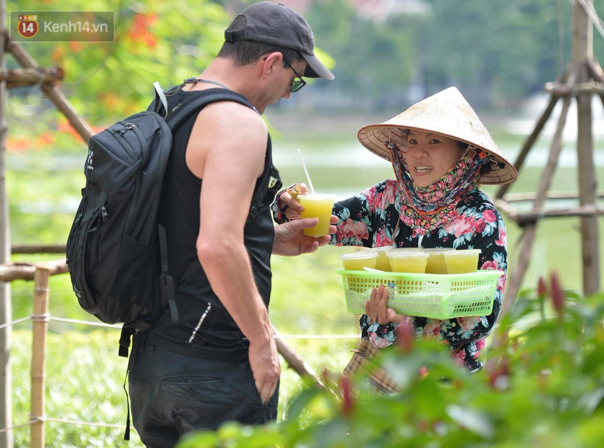 Phố đi bộ vắng tanh gần cuối giờ chiều, nhiệt độ đỉnh điểm ở Hà Nội lên tới 44 độ C - Ảnh 8.