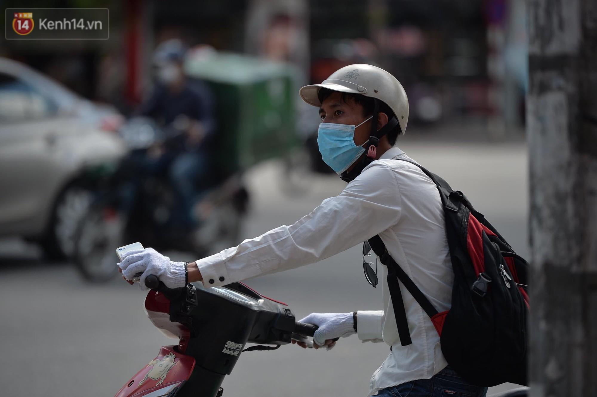 Phố đi bộ vắng tanh gần cuối giờ chiều, nhiệt độ đỉnh điểm ở Hà Nội lên tới 44 độ C - Ảnh 11.