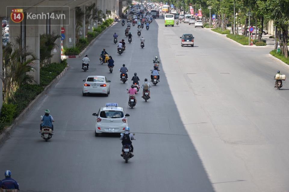 Phố đi bộ vắng tanh gần cuối giờ chiều, nhiệt độ đỉnh điểm ở Hà Nội lên tới 44 độ C - Ảnh 12.