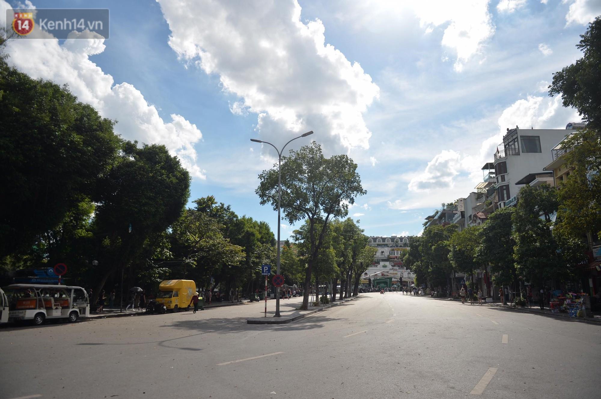 Phố đi bộ vắng tanh gần cuối giờ chiều, nhiệt độ đỉnh điểm ở Hà Nội lên tới 44 độ C - Ảnh 4.