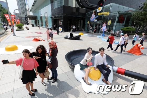 Triển lãm ngoài trời độc đáo chỉ có tại thành phố nóng nhất Hàn Quốc: Trứng rán, dép chảy nhựa đầy đường… kỷ niệm một mùa hè đáng ghét lại đến - Ảnh 7.