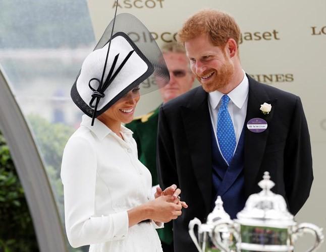 Ảnh: Công nương Anh Meghan Markle tỏa sáng nhờ gu thời trang tinh tế - Ảnh 10.
