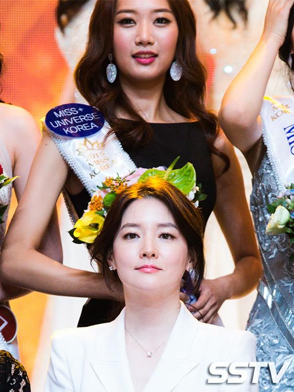 """Trớ trêu các cuộc thi sắc đẹp Hàn Quốc: Hoa hậu bị """"kẻ ngoài cuộc"""" lấn át nhan sắc ngay trong đêm đăng quang! - Ảnh 24."""