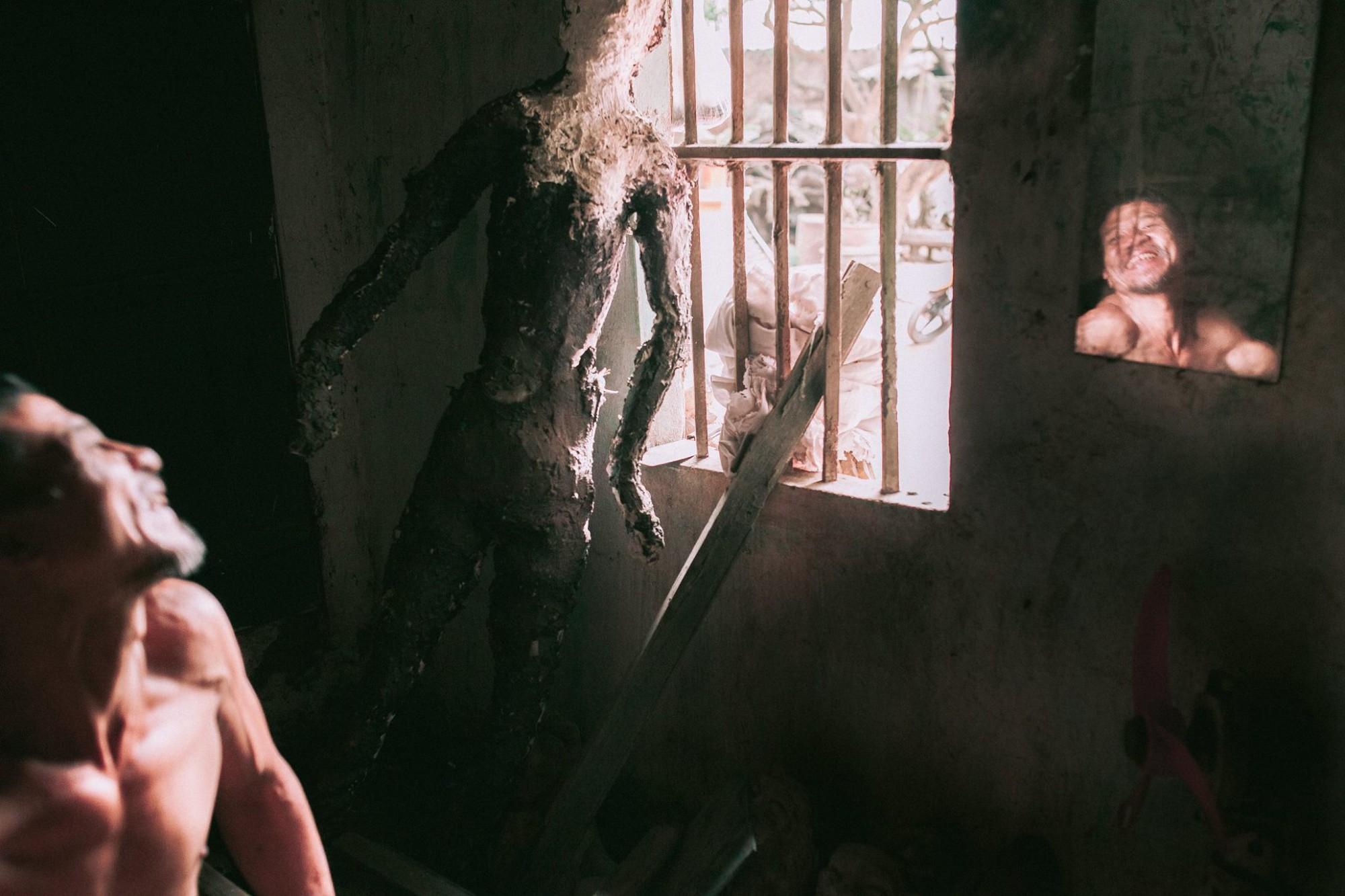 Gặp người họa sĩ cụt chân trong bộ ảnh gây sốt của nữ sinh trường SKĐA: Hóa điên sau 20 lần cất công tìm người vợ bỏ đi nhưng không thấy - Ảnh 2.