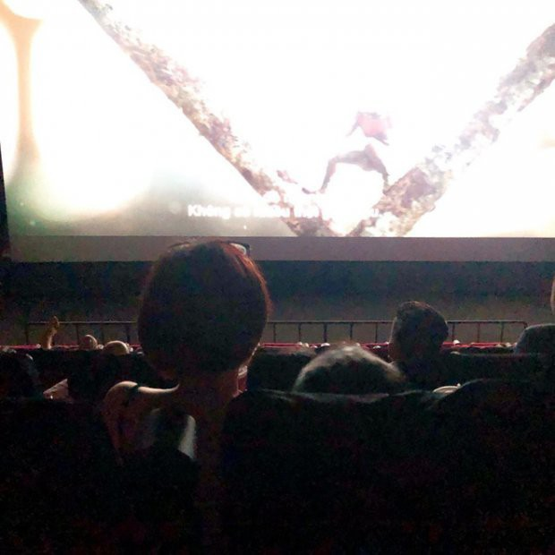 Picture girl sitting on the thigh of the boyfriend in the cinema, obstructing the view of people sitting after receiving many criticism on the MXH - Photo 2.