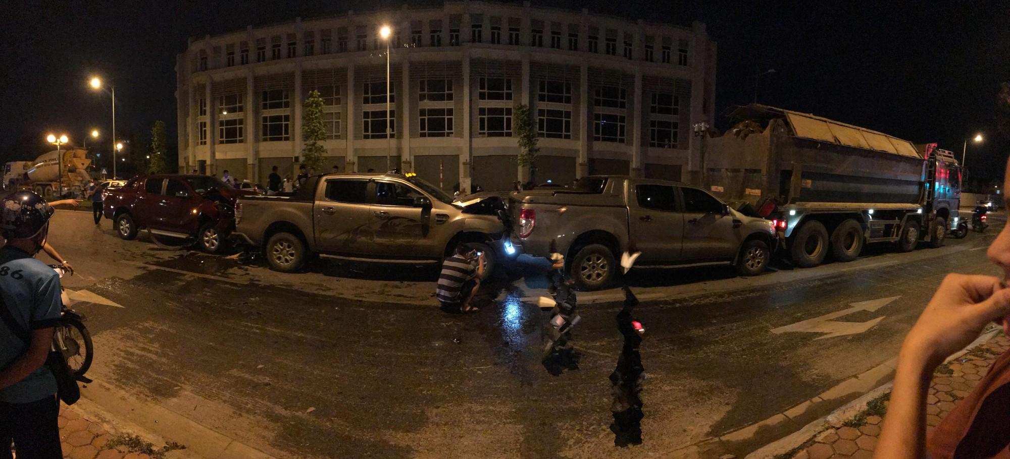 Hà Nội: 3 xe bán tải và 1 xe tải dồn toa thẳng tắp giữa phố - Ảnh 1.