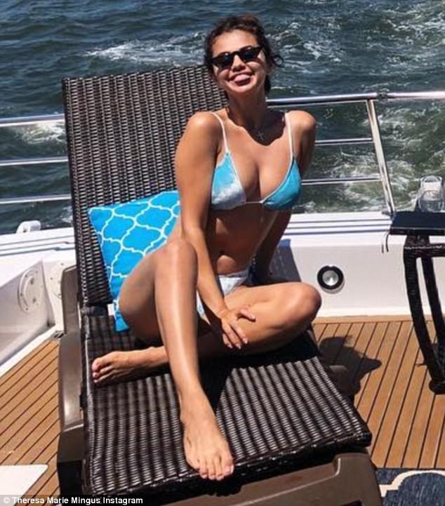 Chẳng tỏ ra đau buồn, Selena vừa cười vừa sánh đôi bên chàng trai lạ sau khi Justin đính hôn - Ảnh 8.