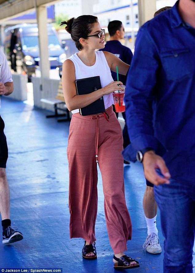 Chẳng tỏ ra đau buồn, Selena vừa cười vừa sánh đôi bên chàng trai lạ sau khi Justin đính hôn - Ảnh 6.