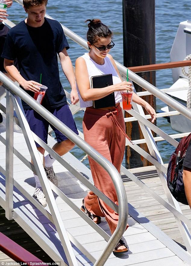 Chẳng tỏ ra đau buồn, Selena vừa cười vừa sánh đôi bên chàng trai lạ sau khi Justin đính hôn - Ảnh 1.