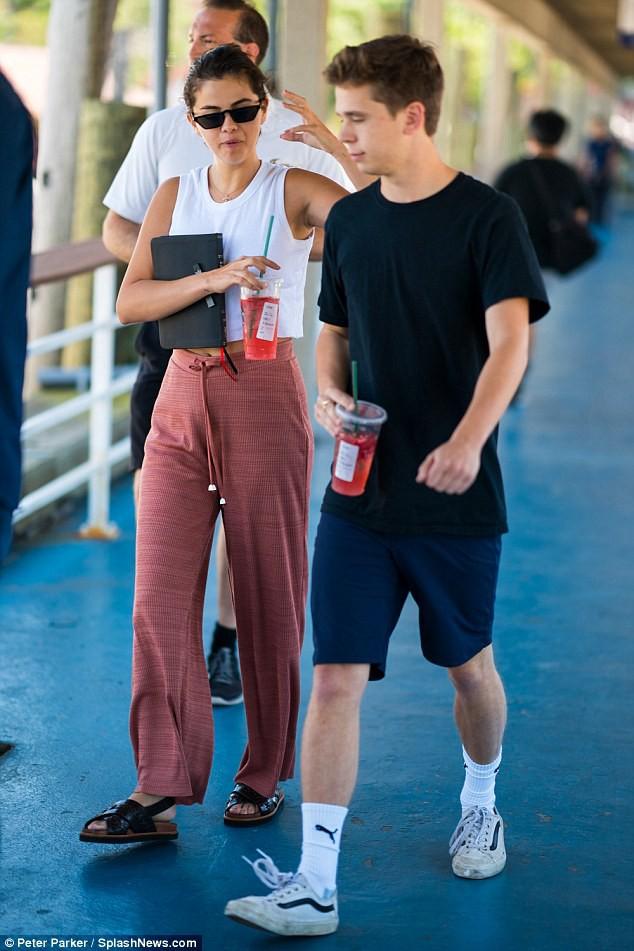 Chẳng tỏ ra đau buồn, Selena vừa cười vừa sánh đôi bên chàng trai lạ sau khi Justin đính hôn - Ảnh 2.