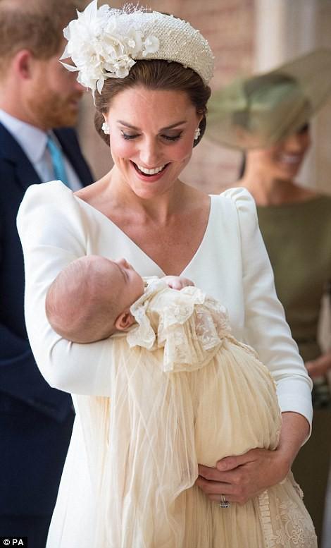 Điểm đặc biệt trong trang phục mà Công nương Kate và Hoàng tử út Louis diện trong buổi lễ rửa tội - Ảnh 2.