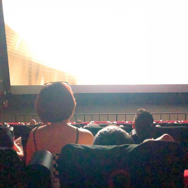 Picture girl sitting on the thigh of a boyfriend in a movie theater, obstructing the view of the person sitting after receiving many criticism on the MXH - Photo 1.