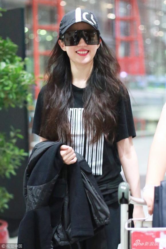 Lưu Diệc Phi diện đồ đen kín mít ra sân bay, nhưng khi bóc giá trang phục của cô thì ai cũng choáng - Ảnh 1.
