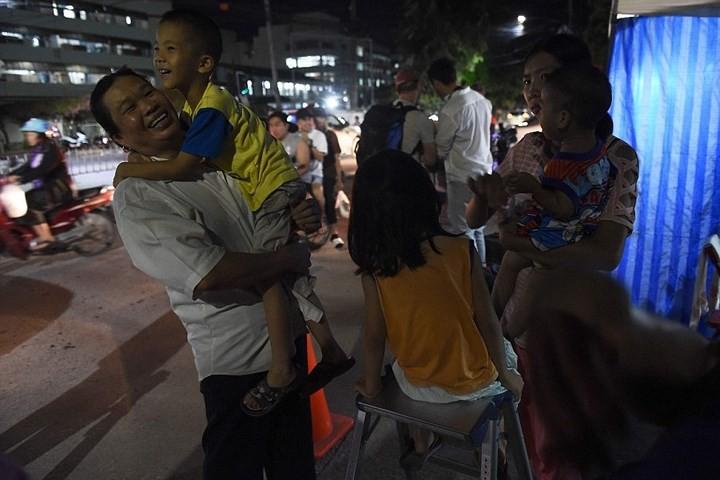 Người dân Thái Lan ăn mừng việc toàn bộ đội bóng nhí được giải cứu - Ảnh 1.