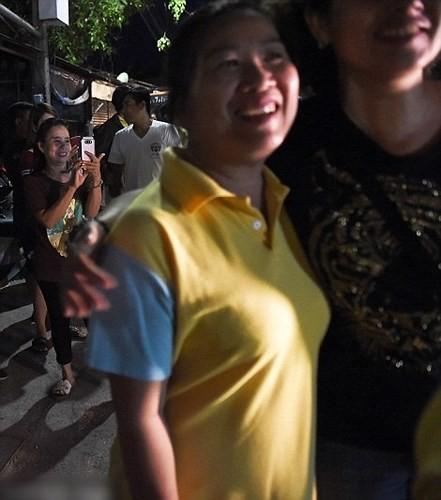 Người dân Thái Lan ăn mừng việc toàn bộ đội bóng nhí được giải cứu - Ảnh 2.