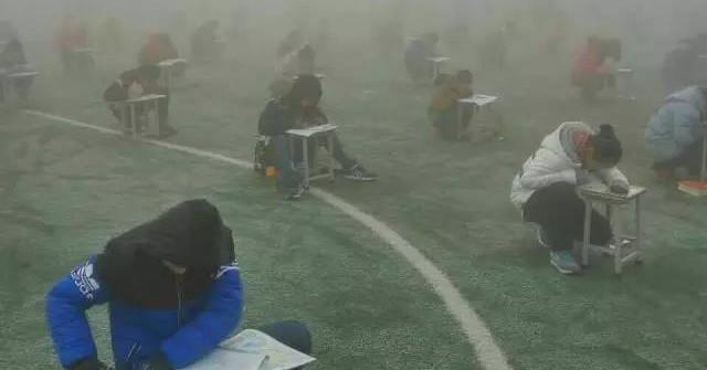 Năm nay, học sinh Trung Quốc gian lận bằng cục tẩy có màn hình, tai nghe bluetooth bé bằng hạt đậu và nhiều thứ khác nữa - Ảnh 11.