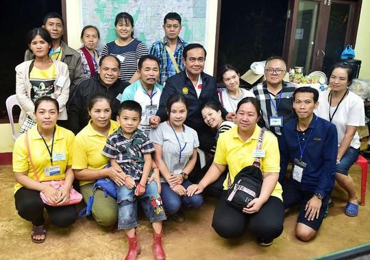 Thái Lan: HLV đội bóng mắc kẹt có thể ở lại một mình trong hang - Ảnh 3.
