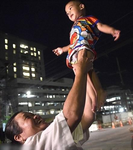 Người dân Thái Lan ăn mừng việc toàn bộ đội bóng nhí được giải cứu - Ảnh 3.