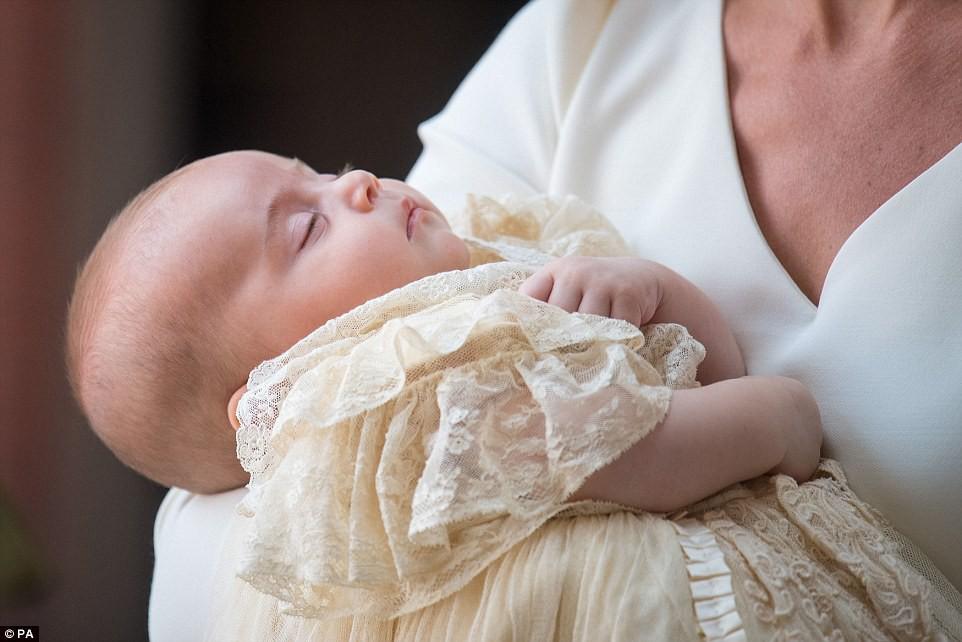 Điểm đặc biệt trong trang phục mà Công nương Kate và Hoàng tử út Louis diện trong buổi lễ rửa tội - Ảnh 4.