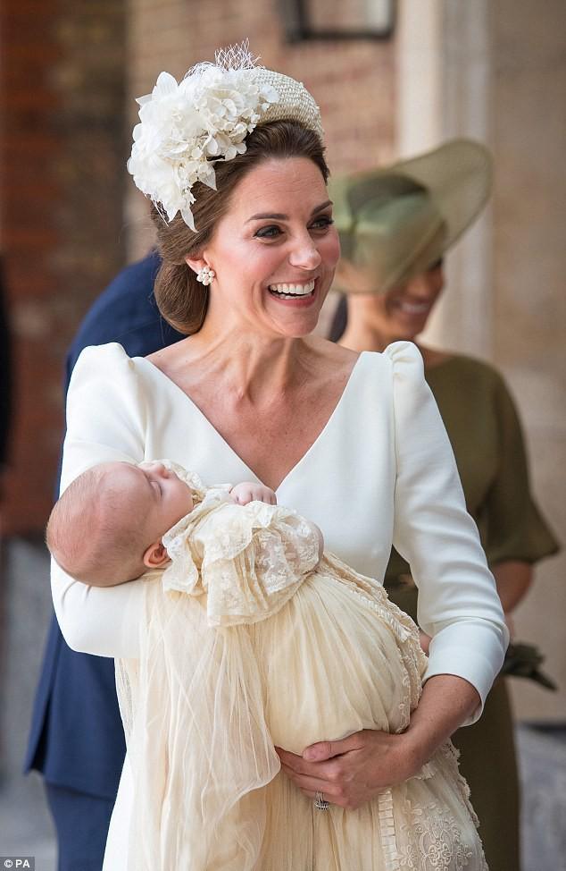 Điểm đặc biệt trong trang phục mà Công nương Kate và Hoàng tử út Louis diện trong buổi lễ rửa tội - Ảnh 6.
