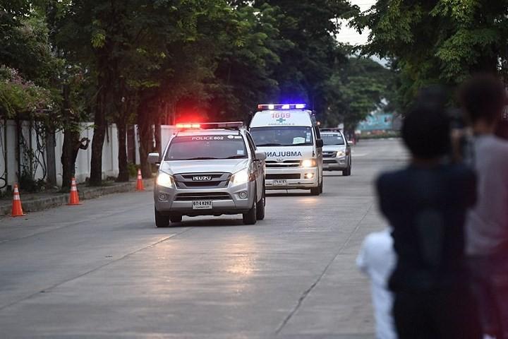 Người dân Thái Lan ăn mừng việc toàn bộ đội bóng nhí được giải cứu - Ảnh 6.